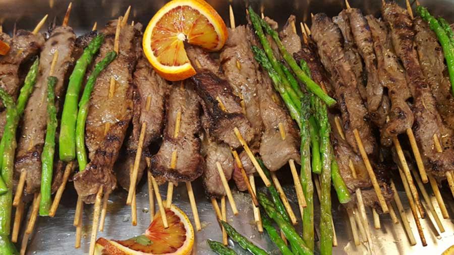 Grill oder Pfanne erhitzen und die Satéspieße kurz und kräftig grillen(braten). Salzen und mit Pfeffer aus der Mühle würzen. Mit dem Mango-Koriander-Dip servieren.