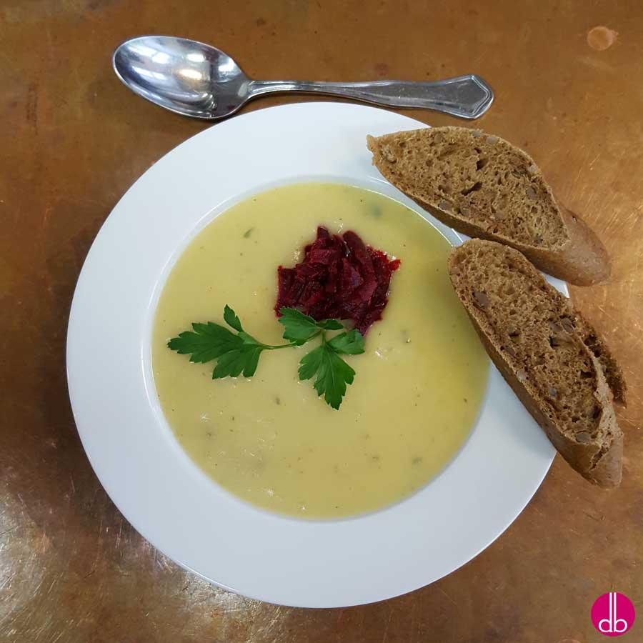 rezept feine wei e kartoffelsuppe mit rote bete salat deli gesund kochen. Black Bedroom Furniture Sets. Home Design Ideas