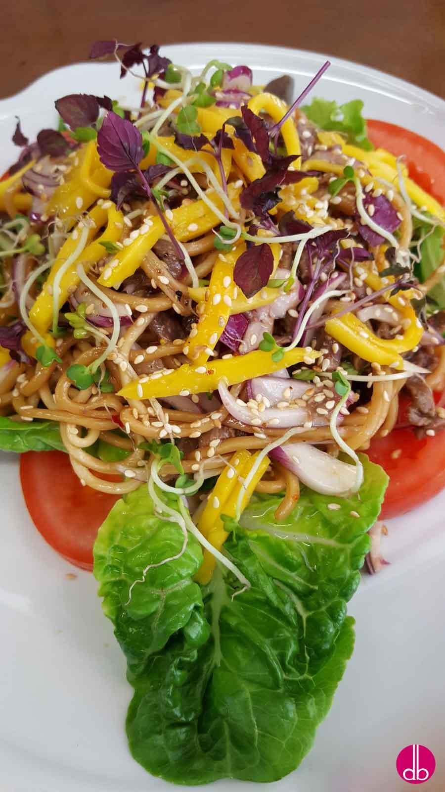 rezept scharfer rindfleisch salat mit nudeln und mango deli gesund kochen. Black Bedroom Furniture Sets. Home Design Ideas