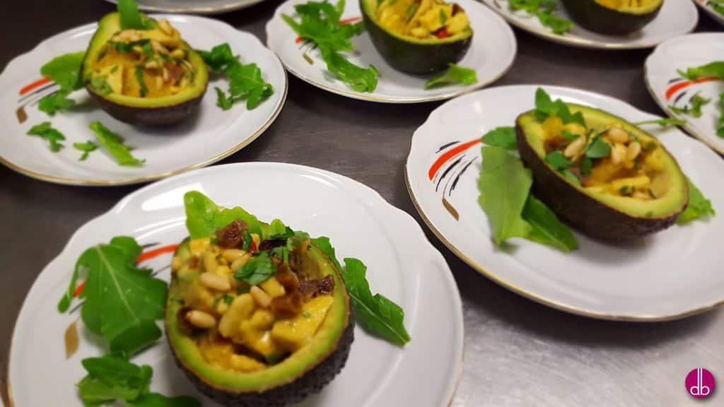 rezept gef llte avocados mit feige und rauke deli gesund kochen gesund leben. Black Bedroom Furniture Sets. Home Design Ideas
