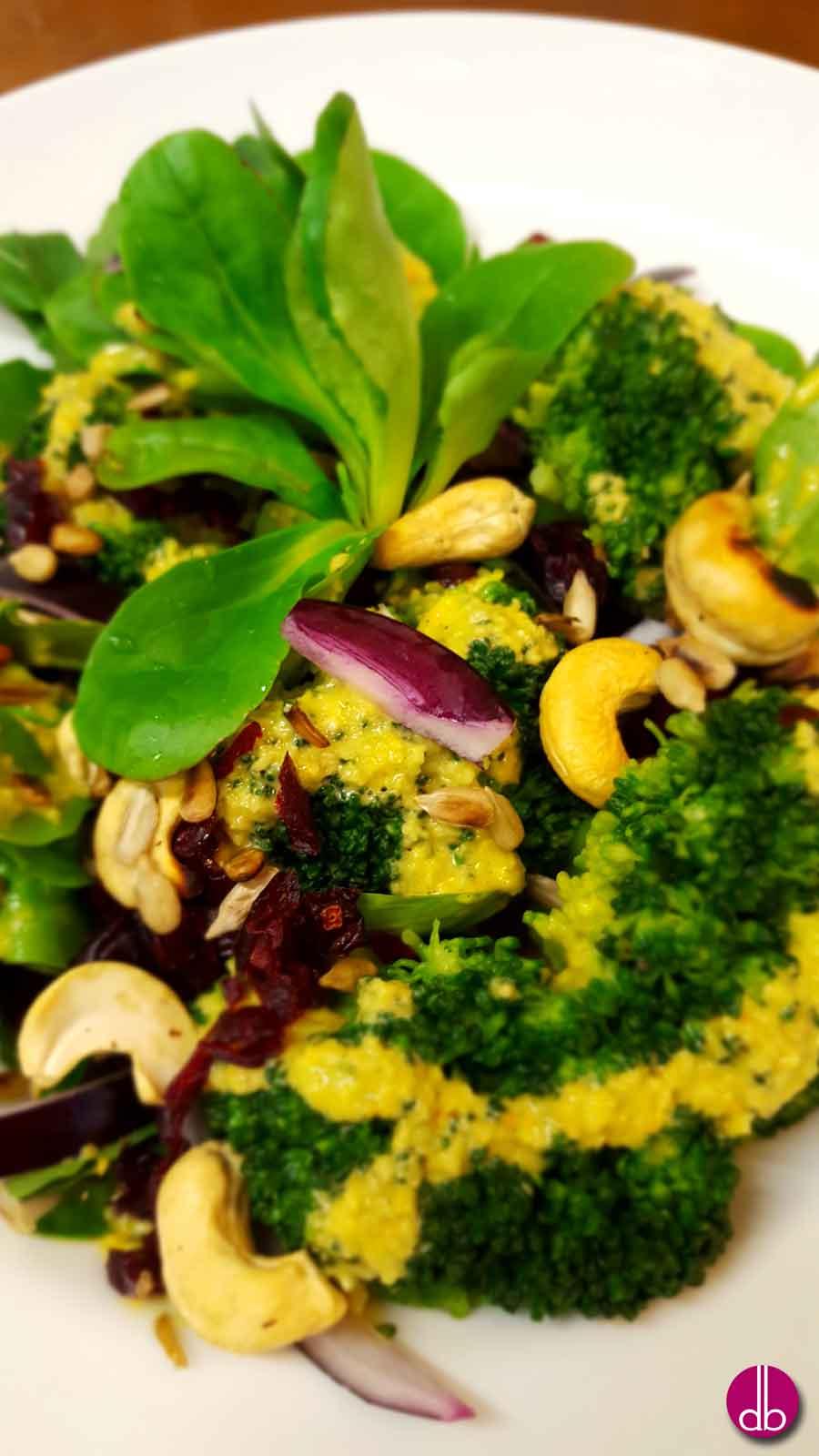 Rezept: veganer Brokkoli-Salat mit Cranberry und Curry-Nuss-Dressing