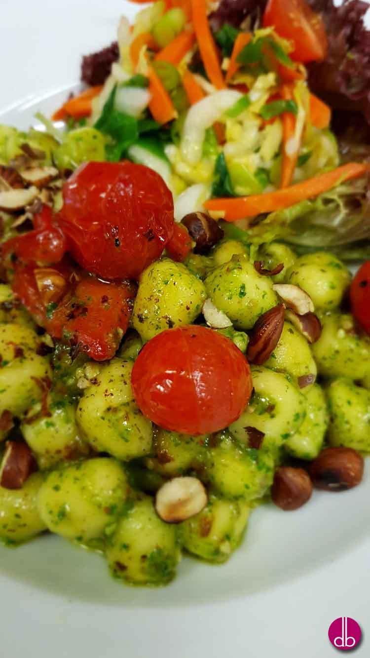 Rezept: Gnocchi mit Spinat-Petersilien-Pesto und Haselnüssen