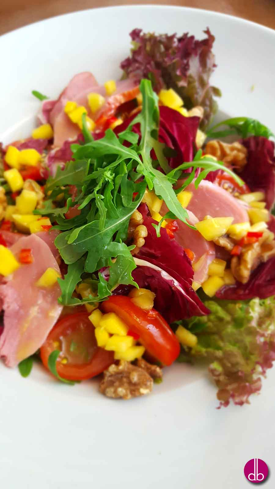 Rucola-Salat mit geräucherter Entenbrust und Mango-Dressing