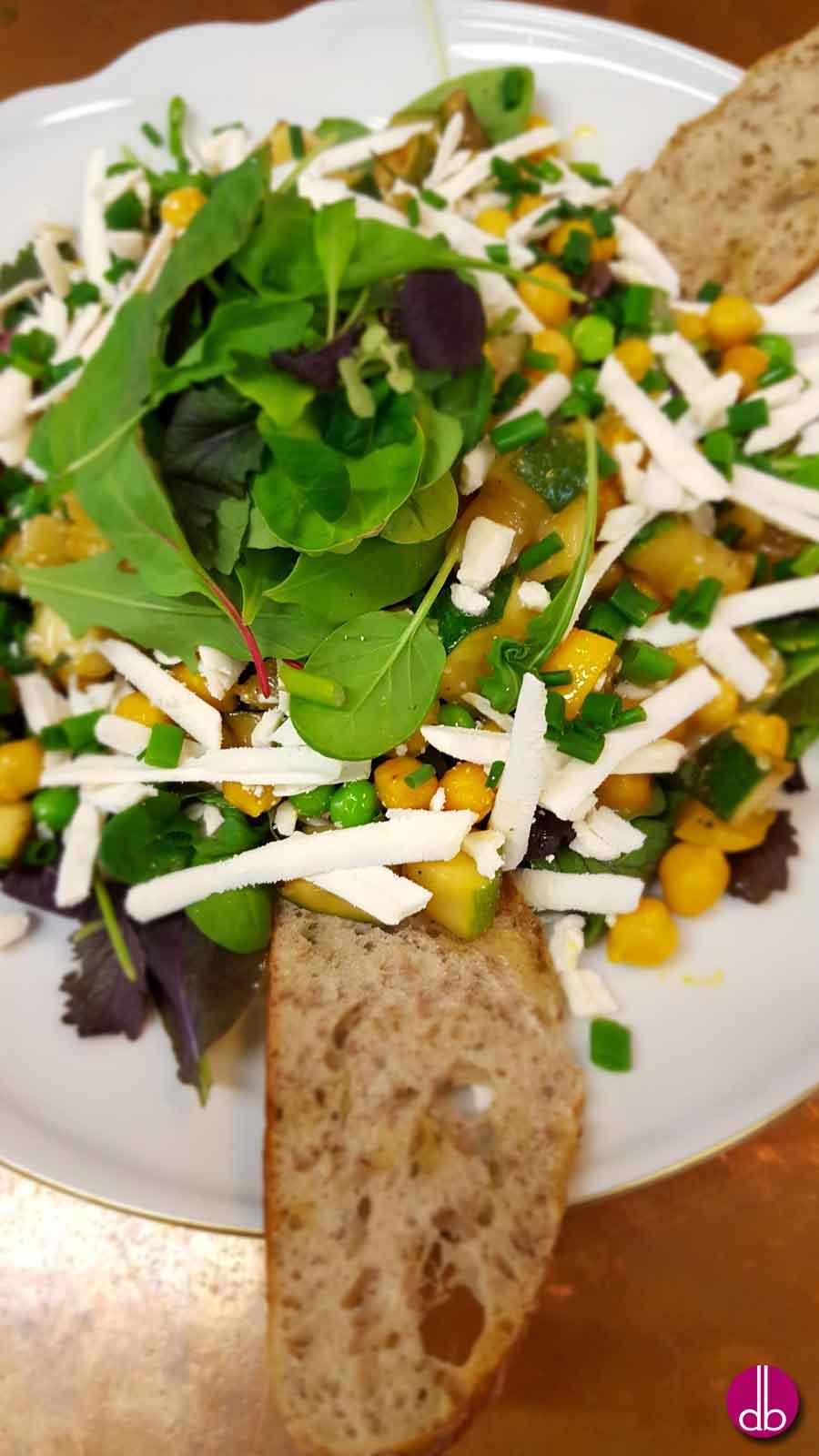 Rezept: Zucchini-Erbsen-Salat mit Ricotta Salata & Zitronendressing