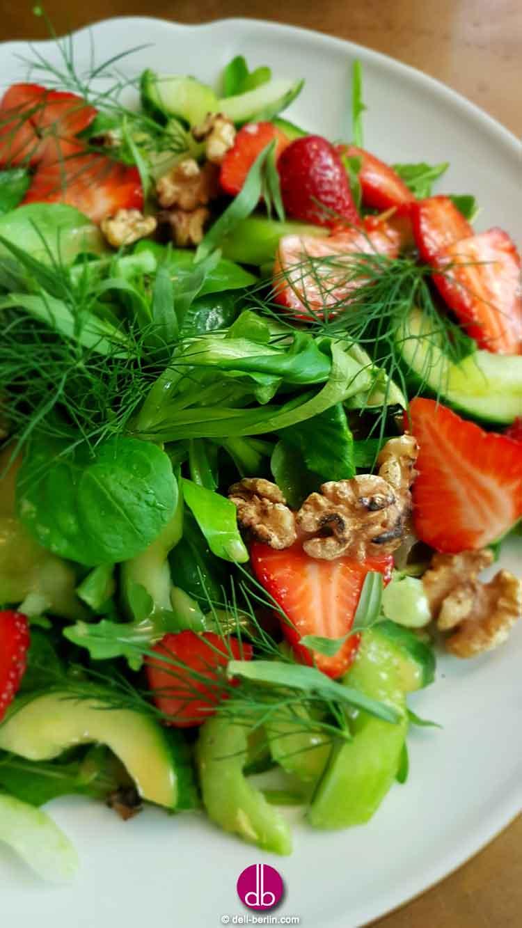 Erdbeer-Gurken-Salat mit kandierten Walnüssen