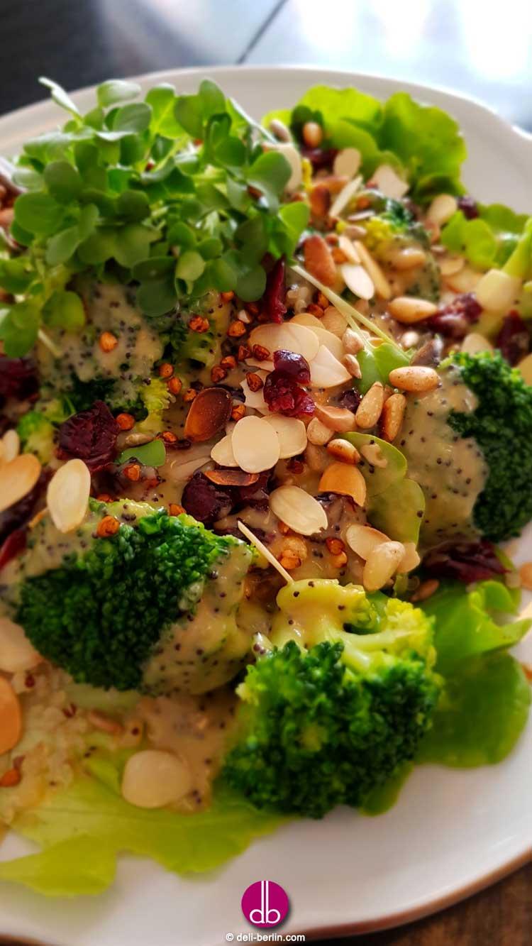 Rezept: Brokkoli-Cranberry-Salat mit cremigen Mohndressing - vegan