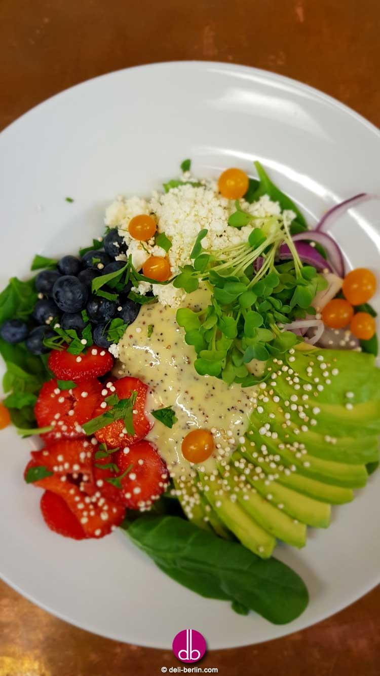 Rezept: Avocado Erdbeer Bowl auf Babyspinat