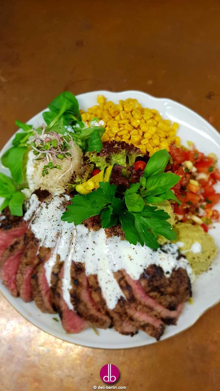 Steak-Fajita-Bowl mit Limetten-Knoblauch-Reis