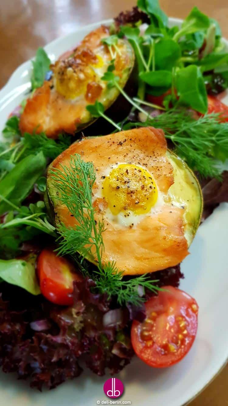 Avocado gefüllt mit geräuchertem Lachs und Ei