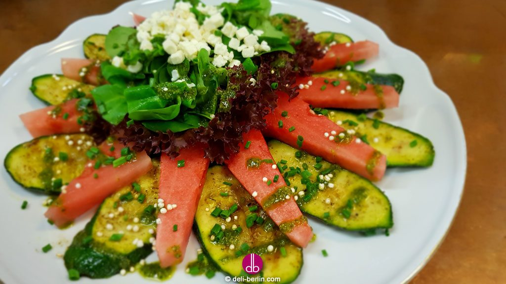 Zucchini-Melonen-Salat mit Feta & Minze-Pesto