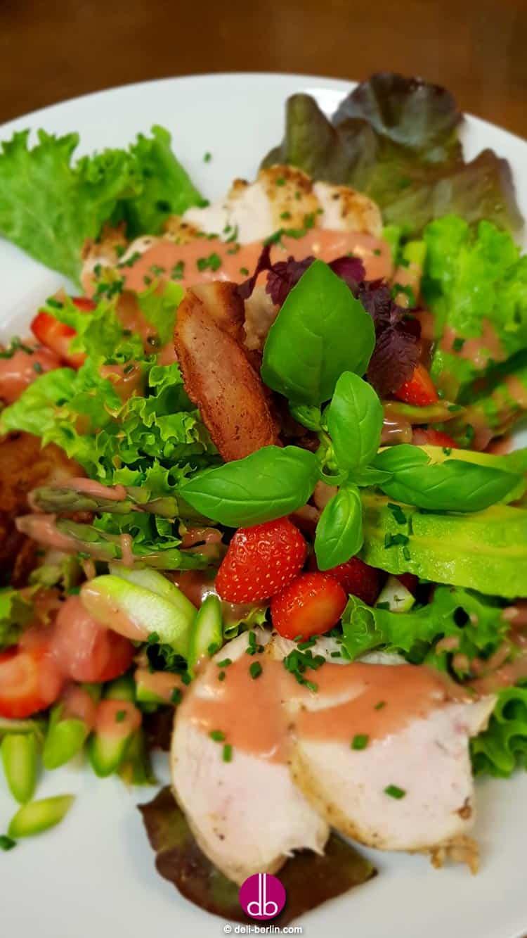 Salat mit Hähnchen und Erdbeerdressing