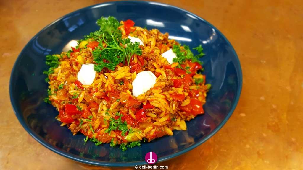 Kritharaki-Pfanne mit Rindfleisch und roten Paprika