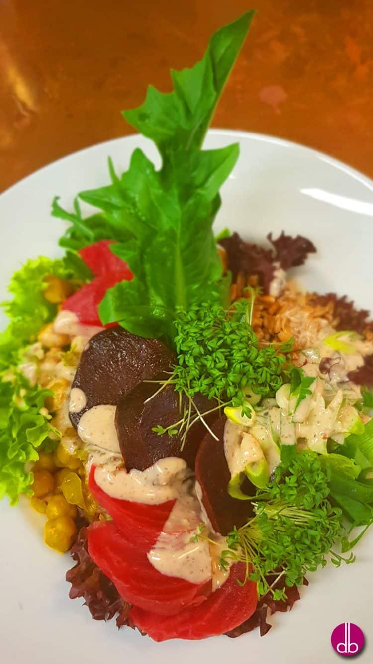 vegane Rote-Bete Dinkel Bowl mit Pfeffer-Mandel-Dressing