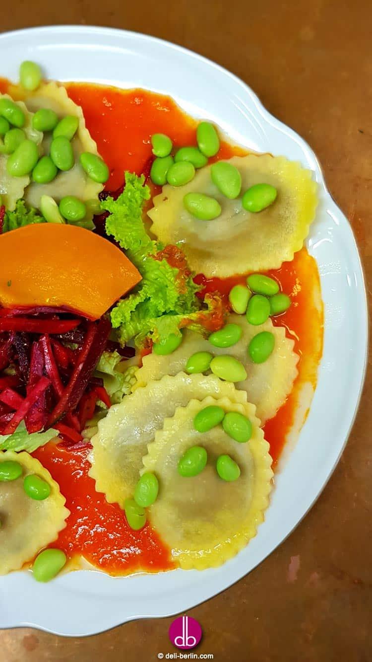 Ravioli gefüllt mit Scamorza Käse und Saubohnen dazu süße Paprikasauce