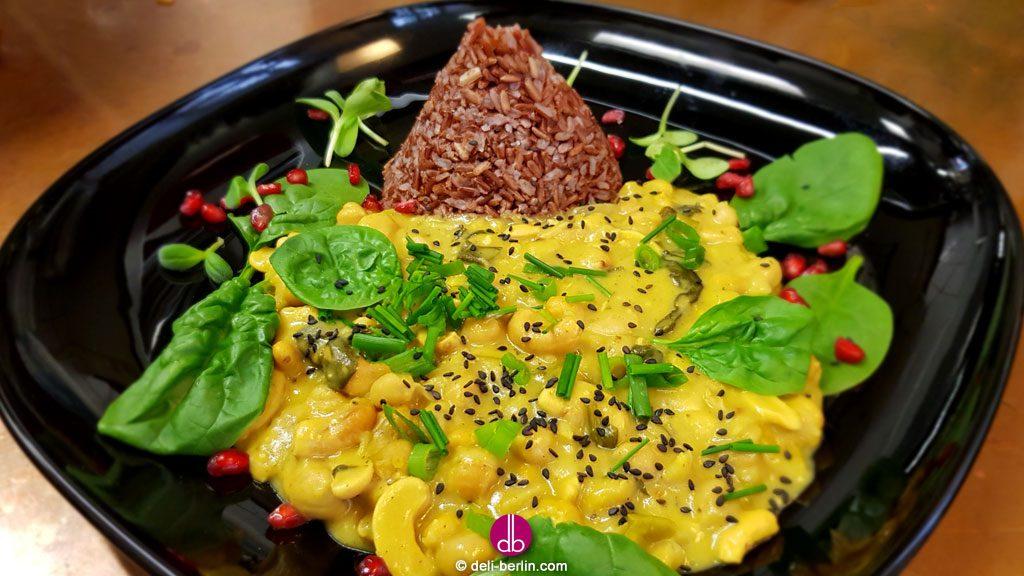 veganes Kichererbsen-Kokos-Curry mit rotem Reis