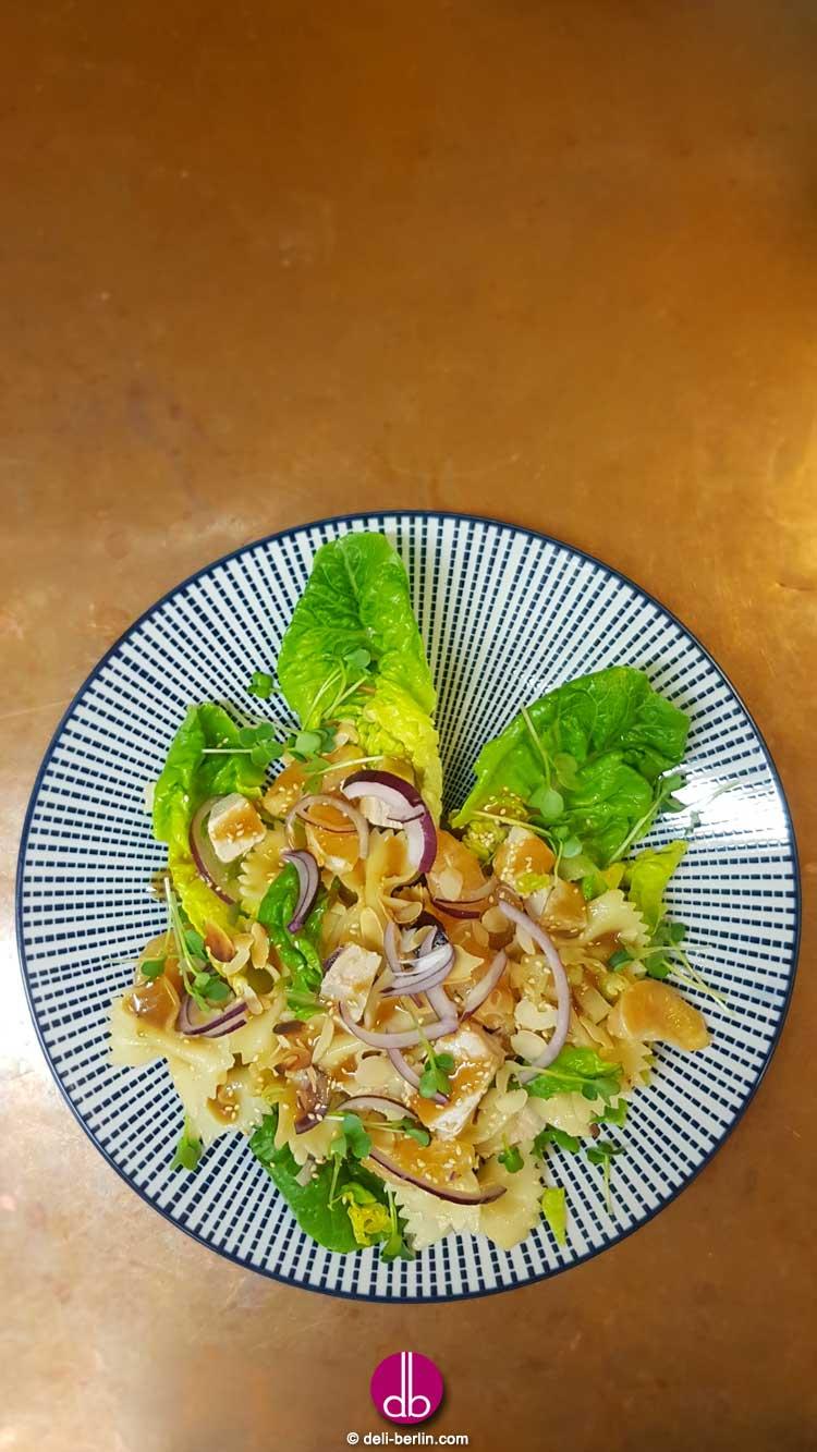 Sesam-Hühnchen-Nudel-Salat mit Ingwer-Dressing