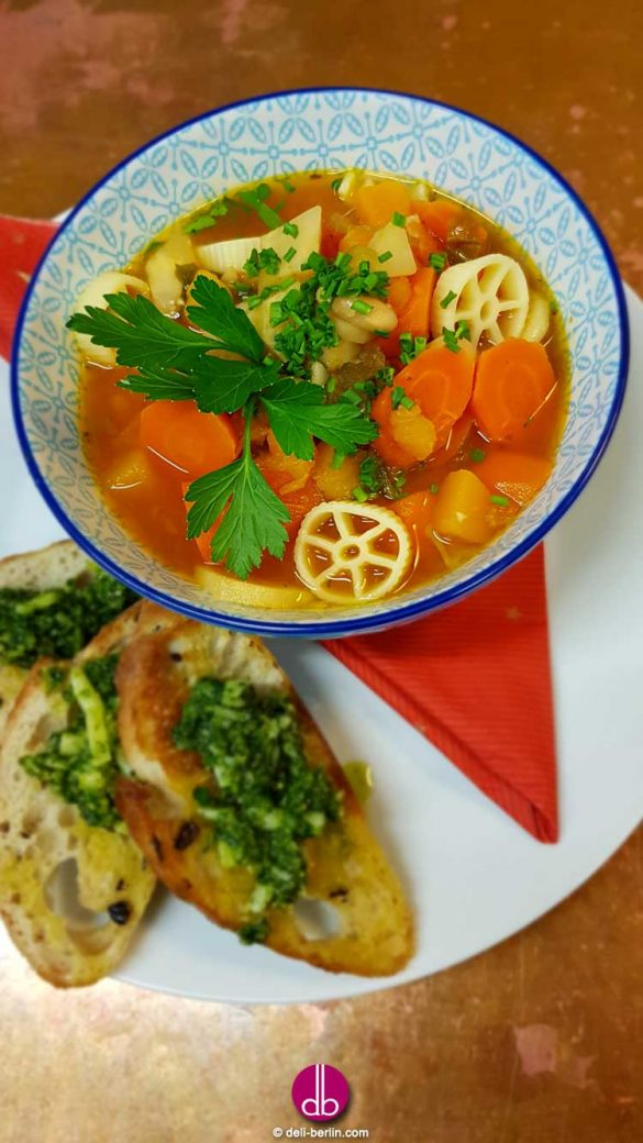 Winter-Minestrone mit Knoblauch-Pesto-Bruschette