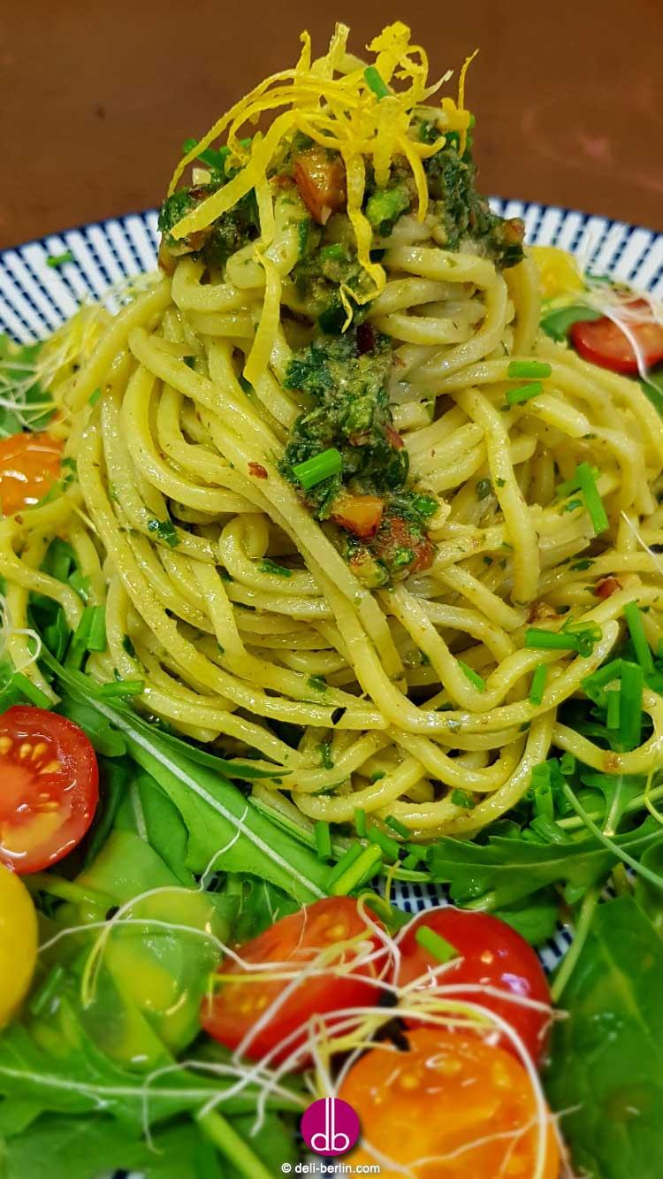 Pasta mit Rucola-Pesto und Erbstück-Tomaten