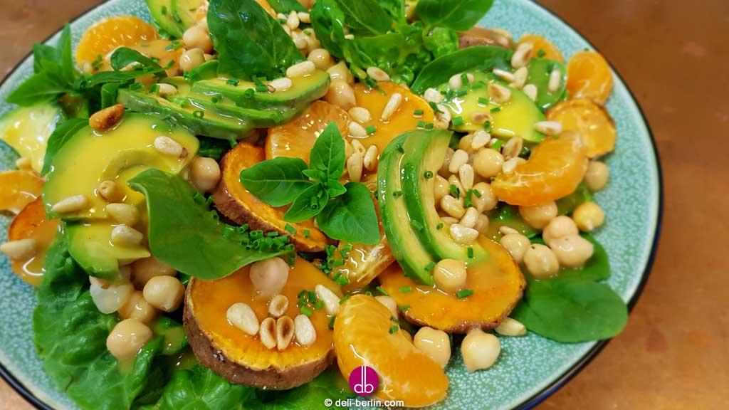 Süßkartoffel-Mandarinen-Salat mit Ahornsirup-Senf-Dressing - vegan