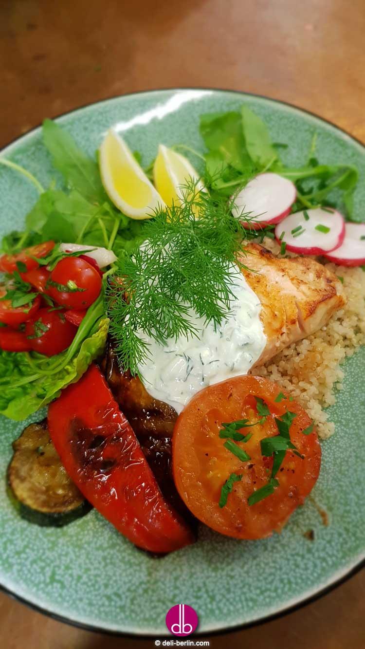 Gegrillter Lachs auf Tzatziki-Gemüse-Bowl