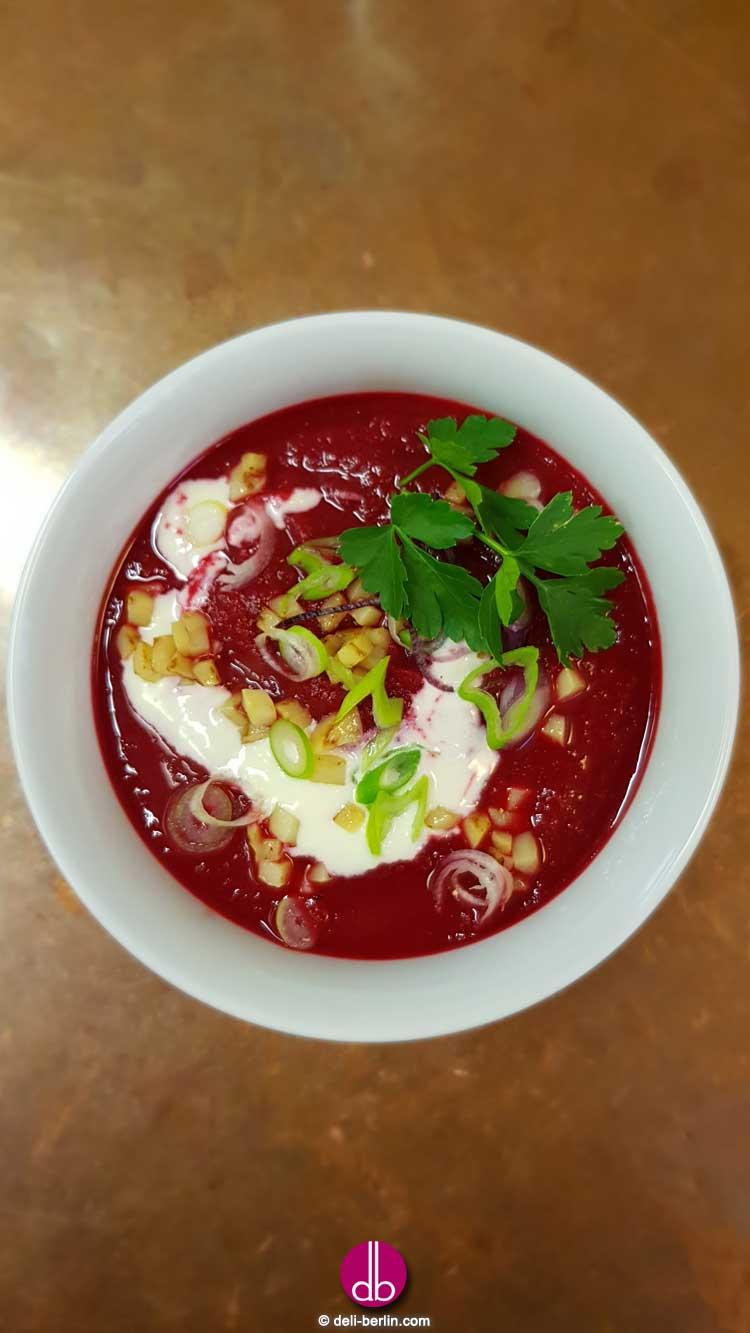 Rote Bete Suppe mit Kartoffel-Croutons und Meerrettich-Swirl