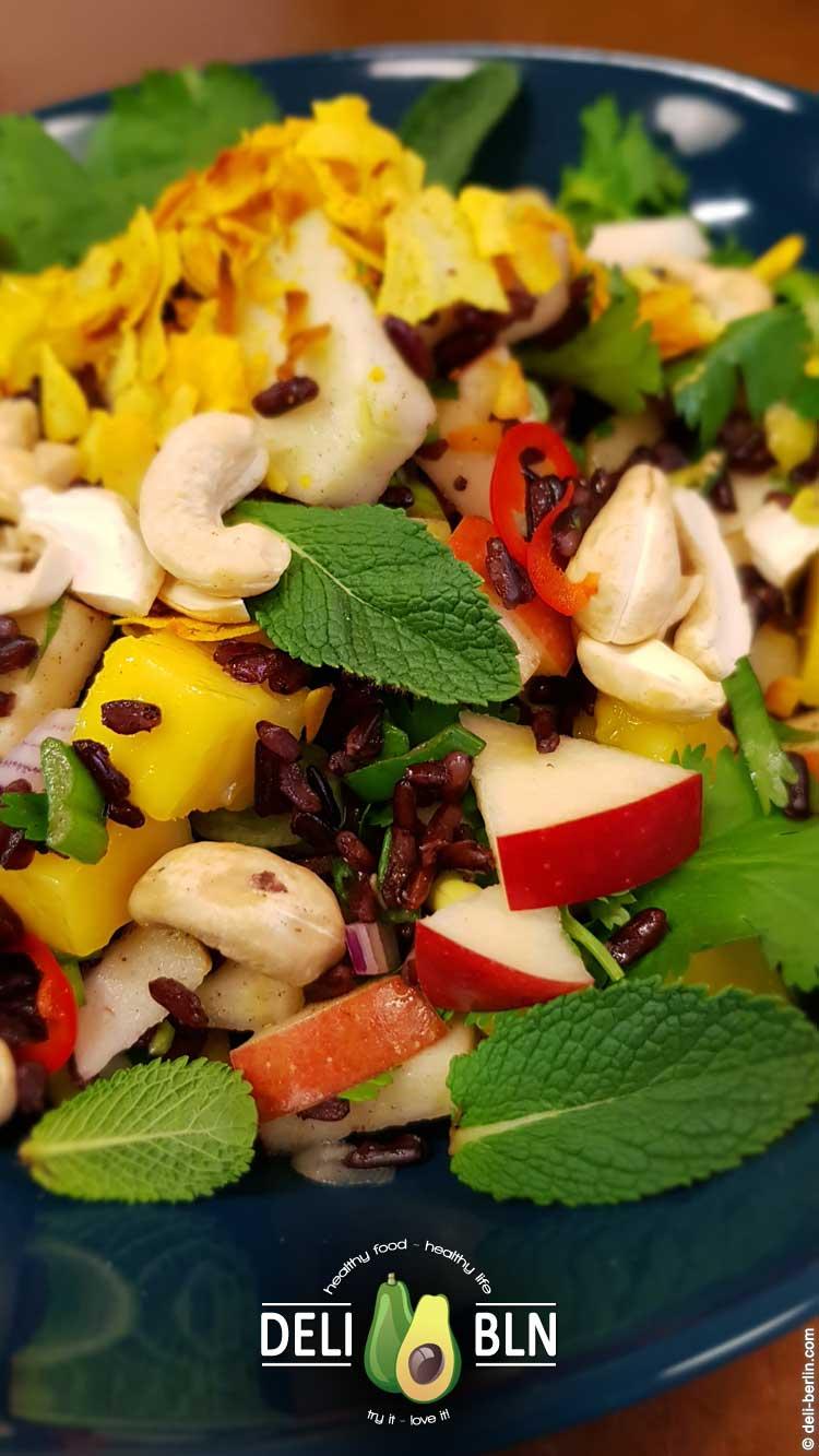 fruchtiger Schwarzer-Reis-Salat mit Apfel und Mango - vegan