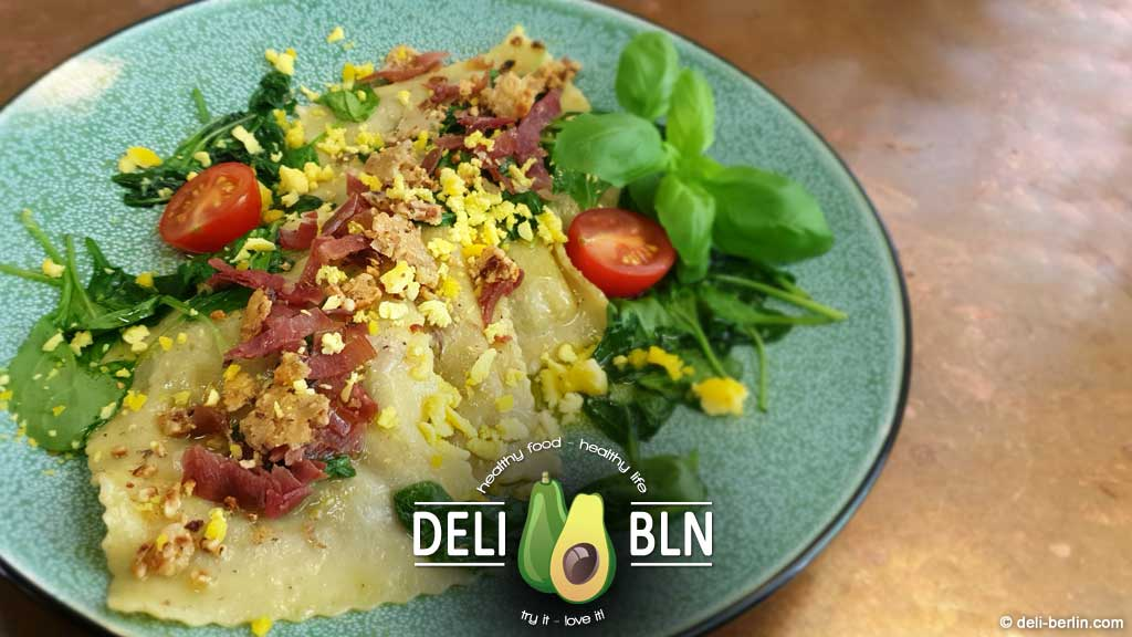 Raviolacci mit Steinpilzen, Mimosa-Ei und Parmesankrokant
