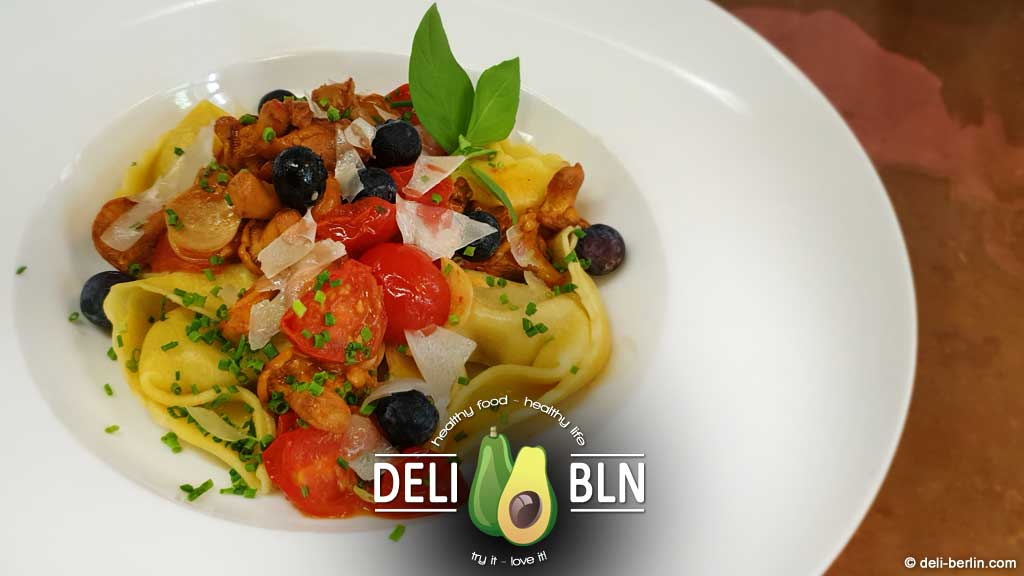 Tortellini mit einem Sugo aus Tomaten, Pfifferlingen und Blaubeeren