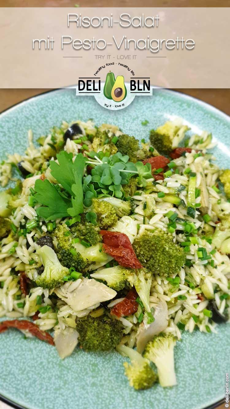 mediterrane Risoni-Salat mit Pesto-Vinaigrette
