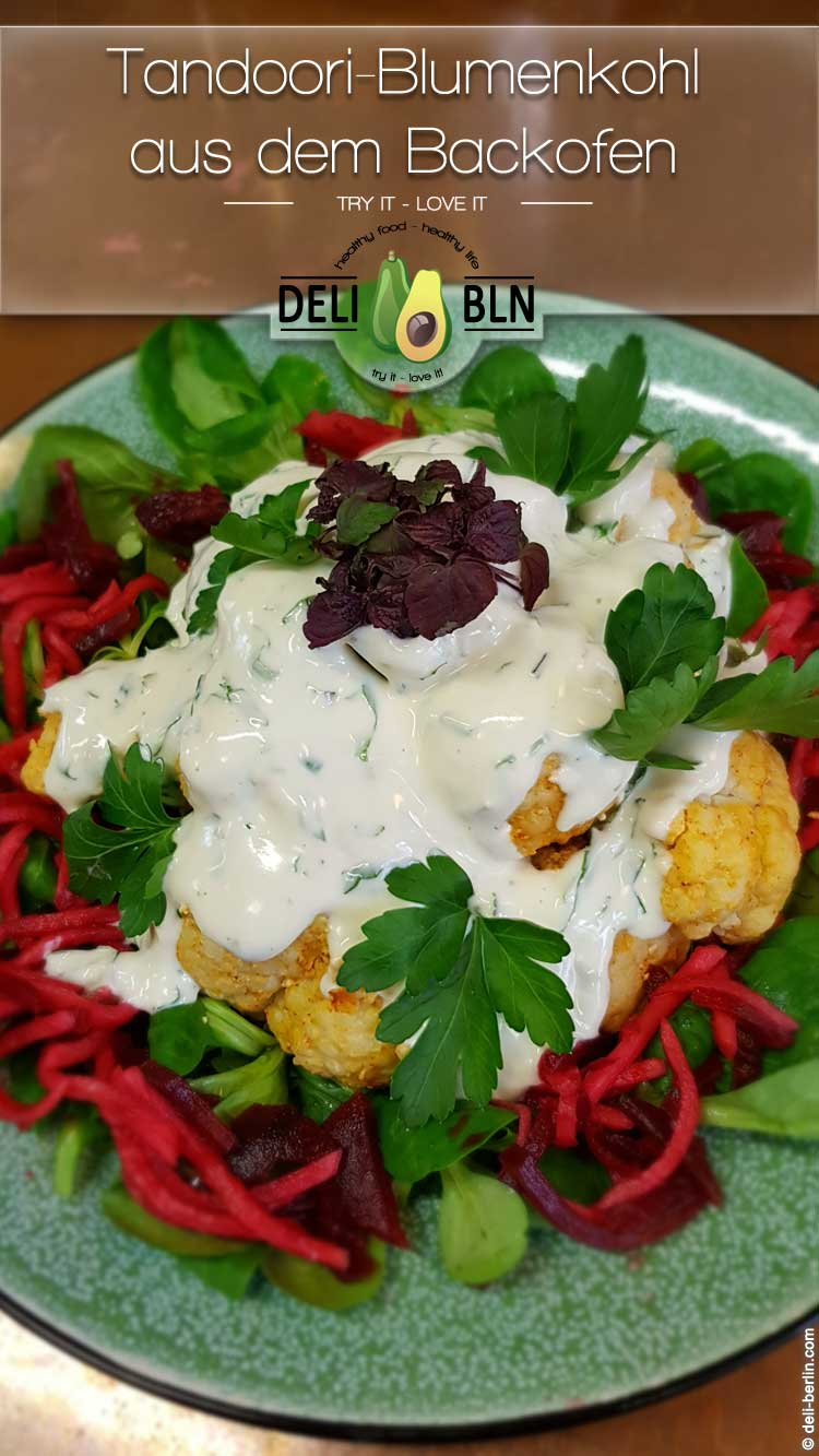 Tandoori-Blumenkohl aus dem Ofen mit Koriander-Tahini-Joghurt - vegan