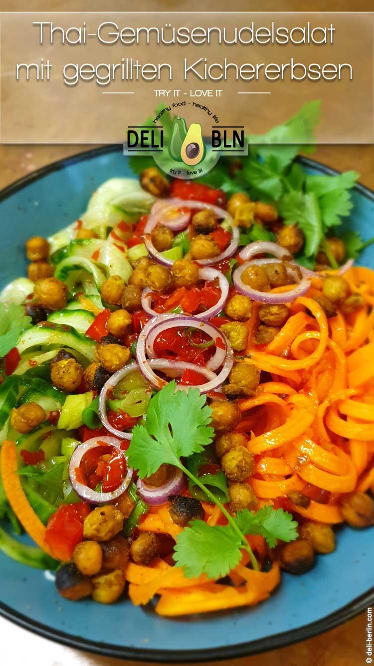 Thailändischer Gemüsenudelsalat mit gebratenen Kichererbsen