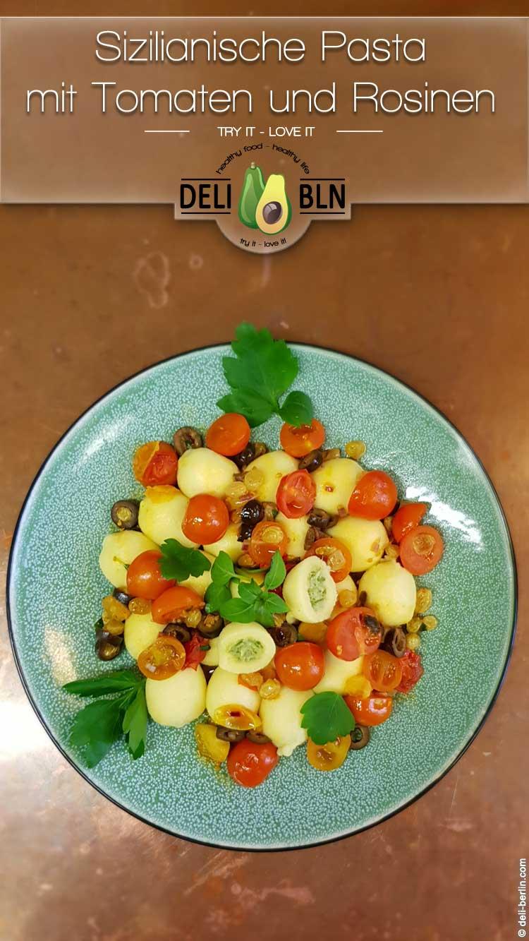 Pasta zu süditalienischen Tomaten mit Oliven und Rosinen