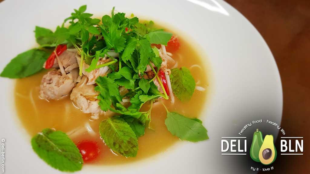 schnelle vietnamesische Pho mit Hühnchen