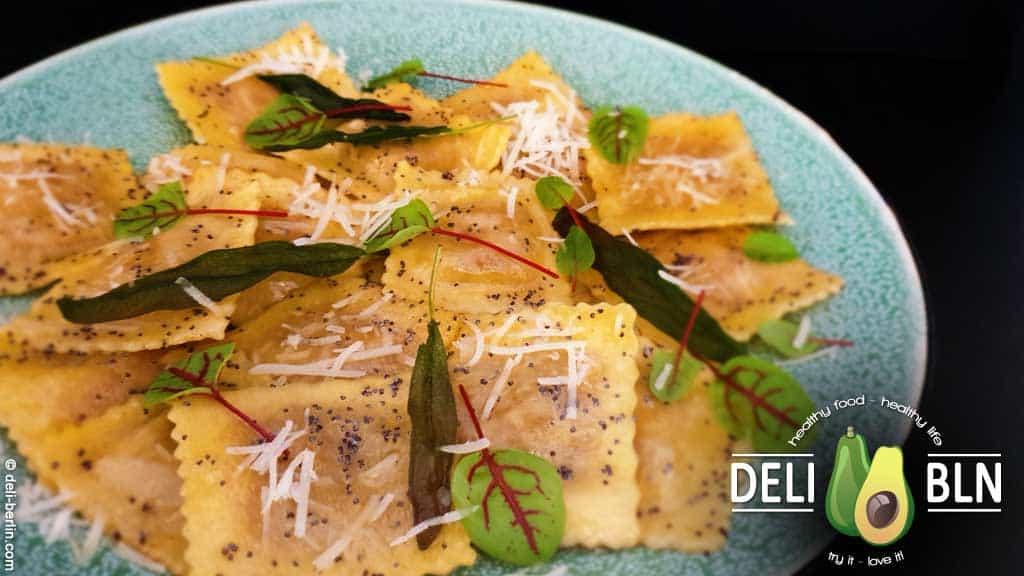 Teigtaschen (Ravioli) mit Kürbis in Salbei-Mohn-Butter - vegetarisch