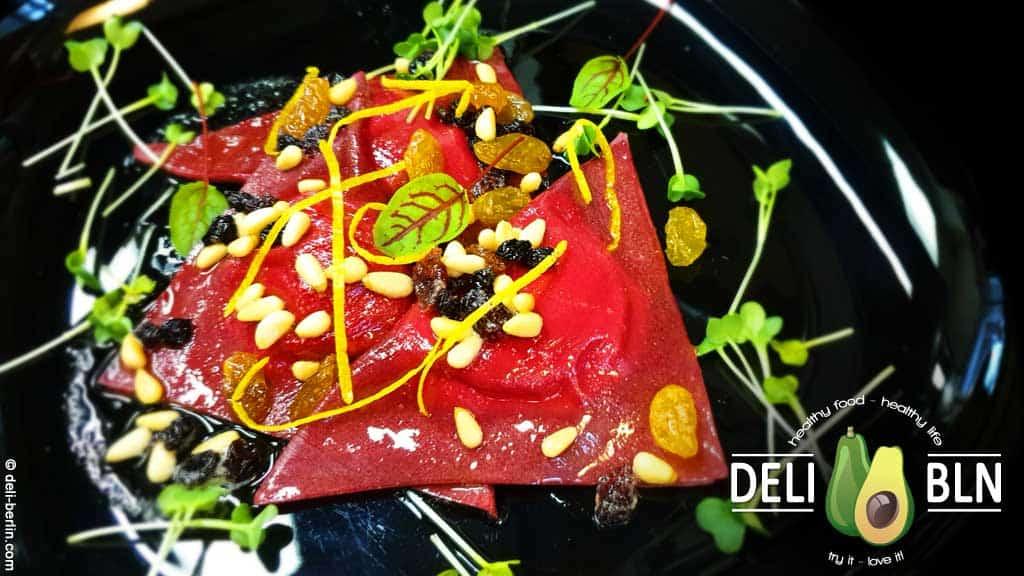 Rote-Bete-Ravioli mit Ziegenkäsefüllung und Pinienkernbutter