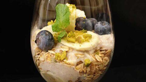 Blaubeer-Haferflocken-Superfood-Frühstücks-Bowl