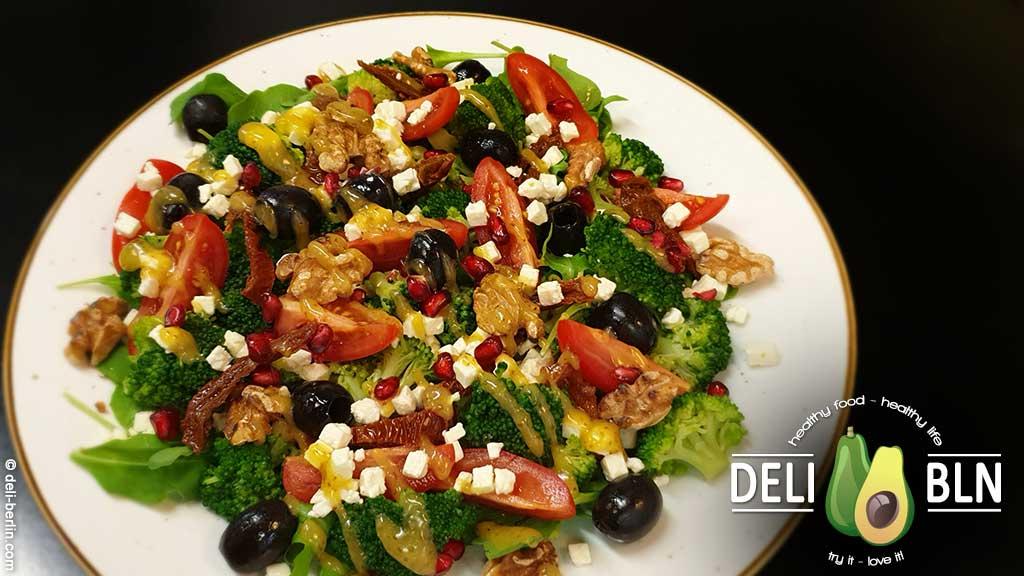 Rezept: Mediterraner Brokkoli-Salat mit Tomate und Feta