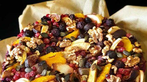herbstlicher Früchtekuchen mit Walnuss und Kernen