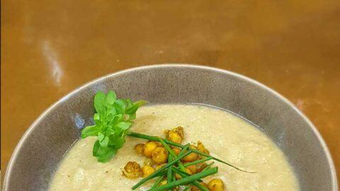 Rezept: Würzige Blumenkohlsuppe mit Cumin-Kichererbsen - vegan