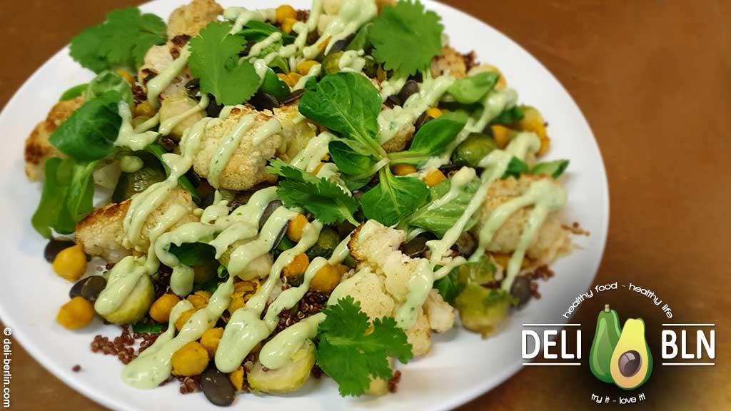 Veganer Blumenkohl-Kichererbsen-Salat mit gehacktem Rosenkohl