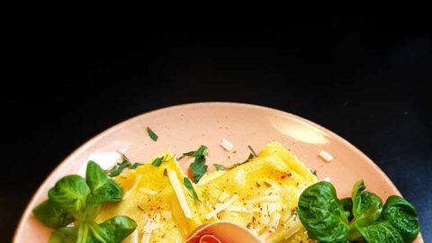Ravioli mit Feigen- & Schinken-Füllung in Rosmarin-Honig-Soße
