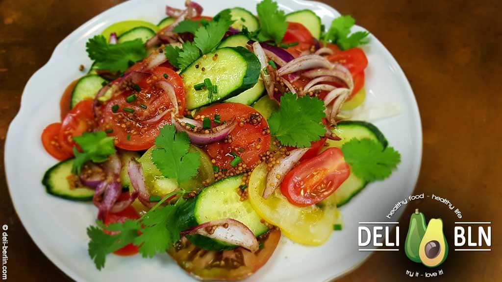 erfrischender Tomaten-Gurken-Salat mit Koriander - vegan