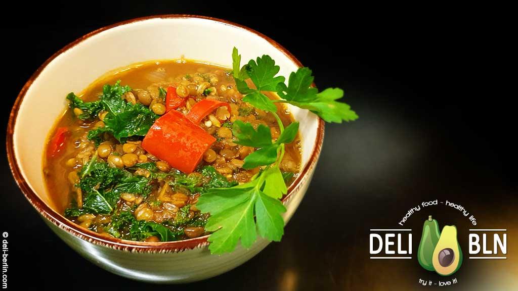 veganer einfacher Eintopf: Linsen Chili mit Dinkel und Grünkohl -vegan