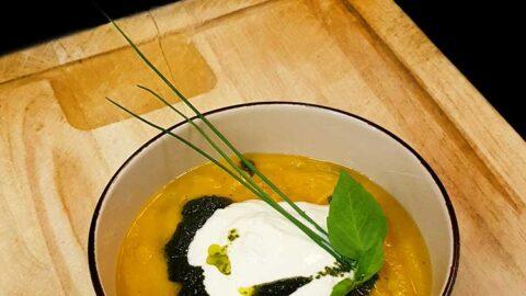 Goldene Süßkartoffelsuppe mit Burrata und Salbei-Pesto