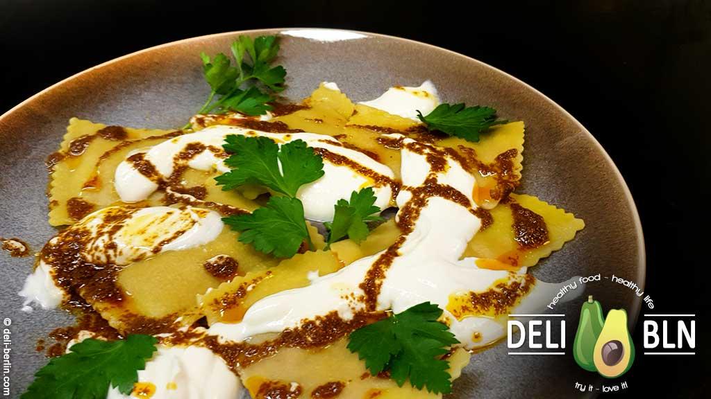 Ravioli gefüllt mit würzigem Lamm mit türkischer Joghurt-Sauce und feiner Paprikabutter