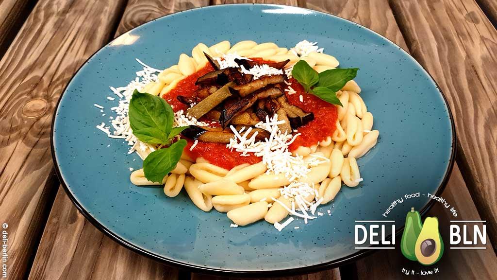 Pasta alla Norma mit gebratenen Auberginen - ein Klassiker aus Sizilien