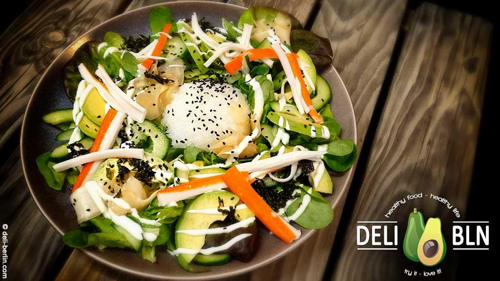 Japanischer Salat mit Surimi und Wasabi-Dressing
