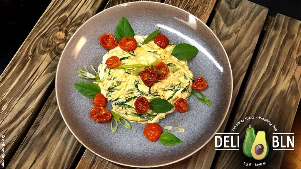 Cremiges veganes Cashew-Alfredo zu Zoodles