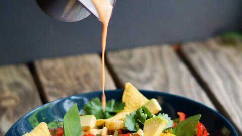 veganer Tex-Mex-Nudelsalat mit cremigen Chipotle-Dressing